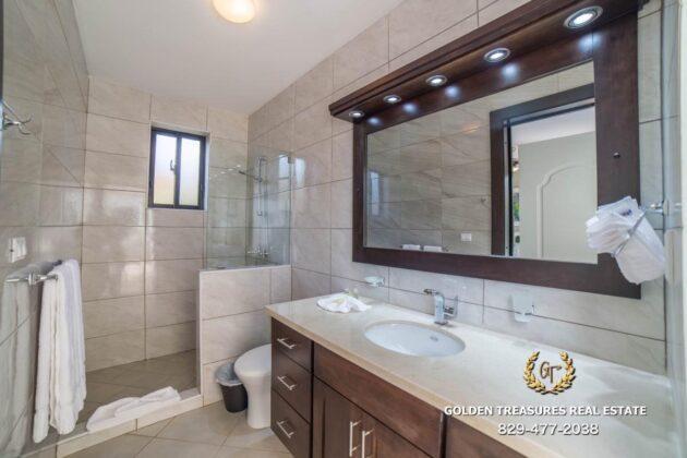 deluxe bathroom 1