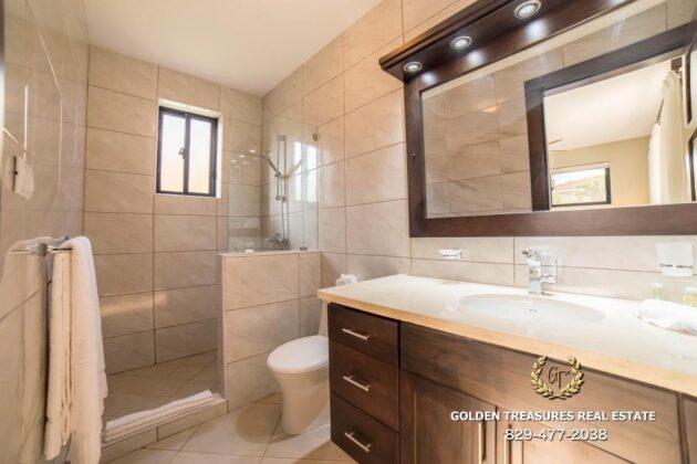 deluxe bathroom 2